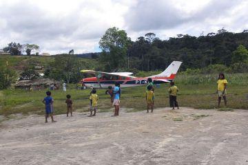 Reaching the Indio village of Uiramuta by plane